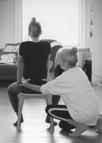 Greetje helpt zwangere vrouw op de zwangerschapscursus